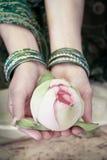 Une femme tenant une fleur de Lotus Photo libre de droits
