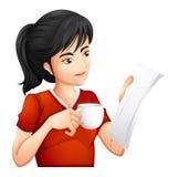 Une femme tenant une tasse de thé tout en lisant Photo libre de droits