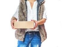 Une femme tient une boîte en carton dans sa main photos stock