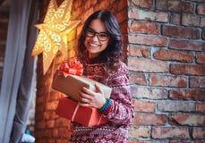 Une femme tient des cadeaux de Noël photographie stock libre de droits