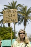Une femme tient dire de signe attaquent Bush pour la torture à une march de protestation de guerre du l'anti-Irak en Santa Barbar Photographie stock libre de droits