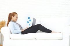 Une femme travaillant dans sa chambre image stock