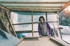 Une femme travaille dans un atelier de menuiserie image libre de droits