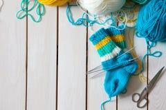 Une femme tricote des chaussettes de knit avec les aiguilles de tricotage des enfants bande Photo libre de droits