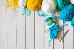 Une femme tricote des chaussettes de knit avec les aiguilles de tricotage des enfants bande Images libres de droits