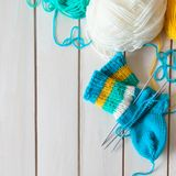 Une femme tricote des chaussettes de knit avec les aiguilles de tricotage des enfants bande Photographie stock libre de droits