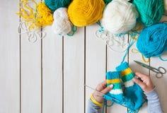 Une femme tricote des chaussettes de knit avec les aiguilles de tricotage des enfants bande Image libre de droits