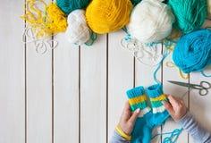 Une femme tricote des chaussettes de knit avec les aiguilles de tricotage des enfants bande Photos libres de droits