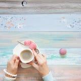 Une femme tricote un tissu tricoté par blanc de fil de laine Blac de café Photo libre de droits
