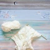 Une femme tricote un tissu tricoté par blanc de fil de laine Blac de café Photos stock