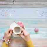 Une femme tricote un tissu tricoté par blanc de fil de laine Blac de café Image stock