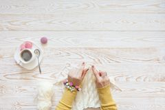Une femme tricote un tissu tricoté par blanc de fil de laine Blac de café Images libres de droits