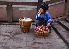 Une femme vendant des fleurs à la ville antique de Fenghuang dans Hunan, Chine Image stock