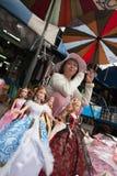 Une femme vendant des poupées de mode sur le marché de Chatuchak, Bangkok Image stock