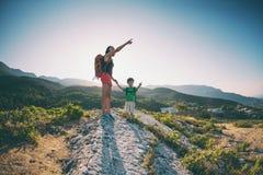 Une femme voyage avec un enfant Photos libres de droits