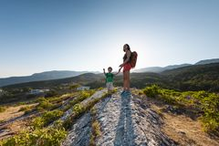 Une femme voyage avec un enfant Photographie stock