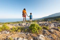Une femme voyage avec un enfant Image libre de droits