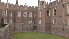 Une fenêtre antique du palais anglais banque de vidéos