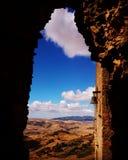 Une fenêtre au-dessus des montagnes de Nebrodi Images libres de droits