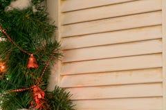 Une fenêtre d'arbre encadrée par des branches d'arbre de Noël avec des décorations de Noël images stock