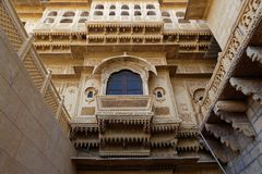 Une fenêtre dans une allée de palais de Mandir Photographie stock