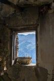 Une fenêtre dans la maison abandonnée Images stock