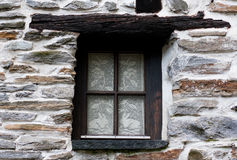 Une fenêtre dans la vieille maison Image stock