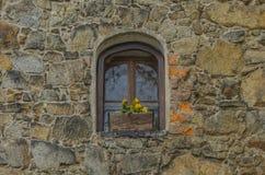 Une fenêtre dans le mur en pierre Image stock