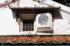 Une fenêtre de maison en automne Photo stock