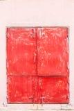 Une fenêtre de porte rouge et de deux rouges photos stock