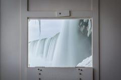 Une fenêtre de visionnement de voyage derrière les automnes Image stock