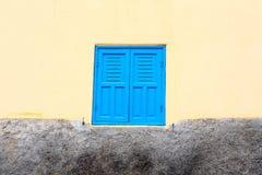 Une fenêtre fermée sur le mur jaune Photographie stock