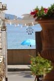 Une fenêtre ouverte sur la mer Photo stock