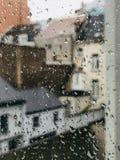 Une fenêtre un jour pluvieux photographie stock libre de droits