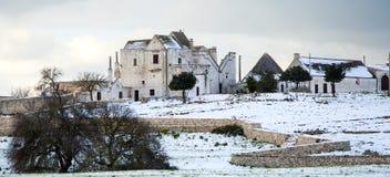 Une ferme typique de Pouilles (masseria) après la chute de neige importante Photos libres de droits