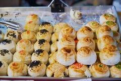 Une feuille d'érable avec le dessert de boulangerie de jaune de pâtisserie et d'oeuf de chinois traditionnel avec savoureux multi photo libre de droits