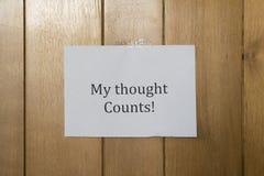Une feuille de la pose de papier peint sur le mur en bois Photographie stock libre de droits