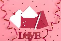 Une feuille de papier blanche pour le message à aimé, enveloppe rouge, boîte-cadeau, étincelles de signe diacritique, amour de mo photos libres de droits