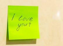 Une feuille de papier verte avec l'inscription je t'aime Photographie stock