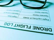 Une feuille de rondin de vol de bourdon avec une paire de lunettes ; Écritures de bureau d'aviation images stock