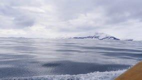 Une feuille lisse de l'eau froide d'océan avec les nuages foncés ci-dessus Images stock