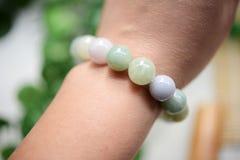 Une ficelle de jade perle wearring sur le poignet Photos stock
