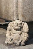 Une figure en pierre avec l'expression douloureuse images stock