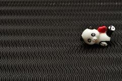 Une figurine en céramique de panda tenant un coeur rouge Images libres de droits