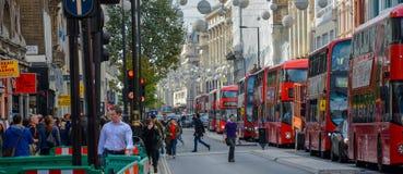 Une file d'attente des autobus de recherche de Londres Photographie stock libre de droits