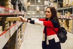 Une fille achète des matériaux de construction images libres de droits