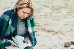 Une fille affiche un livre Image libre de droits