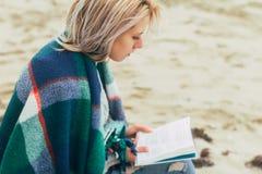 Une fille affiche un livre Photos libres de droits