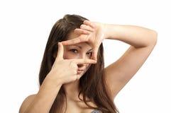Une fille affiche une trame avec vos doigts Photographie stock