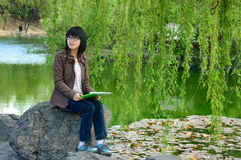 Une fille asiatique enthousiaste Photographie stock